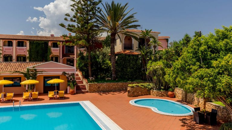 cala-ginepro-hotel-resort-esterni-6-1-768x432